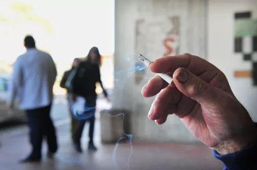 商场吸烟室过于简陋成被告,吸烟室该如何设计?